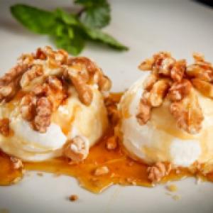 Honing/walnoten ijsje